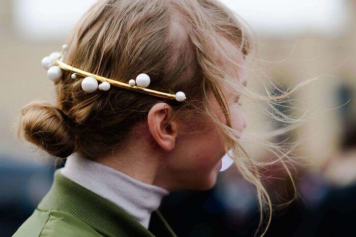 Detalle cabello perlas