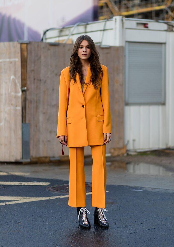 Total look color mandarina